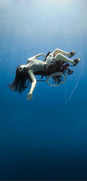 Подводный танец-полёт в инвалидном кресле