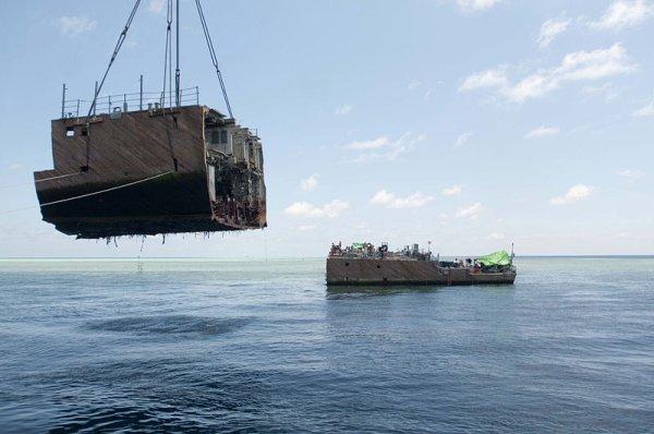 Американский минный тральщик сняли с рифа Туббатаха